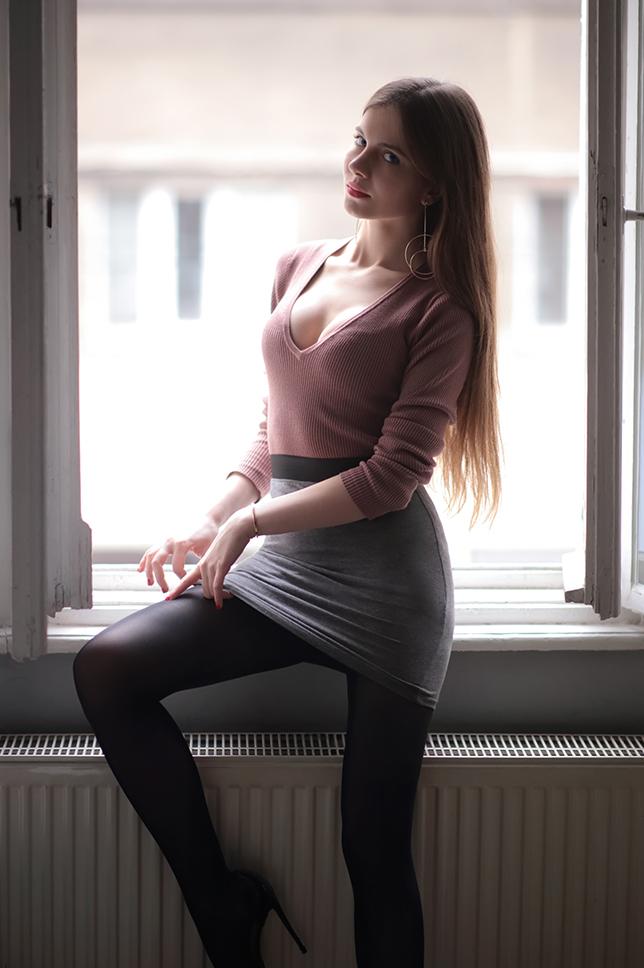 Różowy sweter z dekoltem, szara spódniczka i czarne rajstopy + piosenki, którymi pragnę się z Wami podzielić