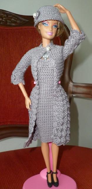casaco sobretudo, vestido e chapéu cloche de crochê para boneca Barbie por Pecunia MillioM