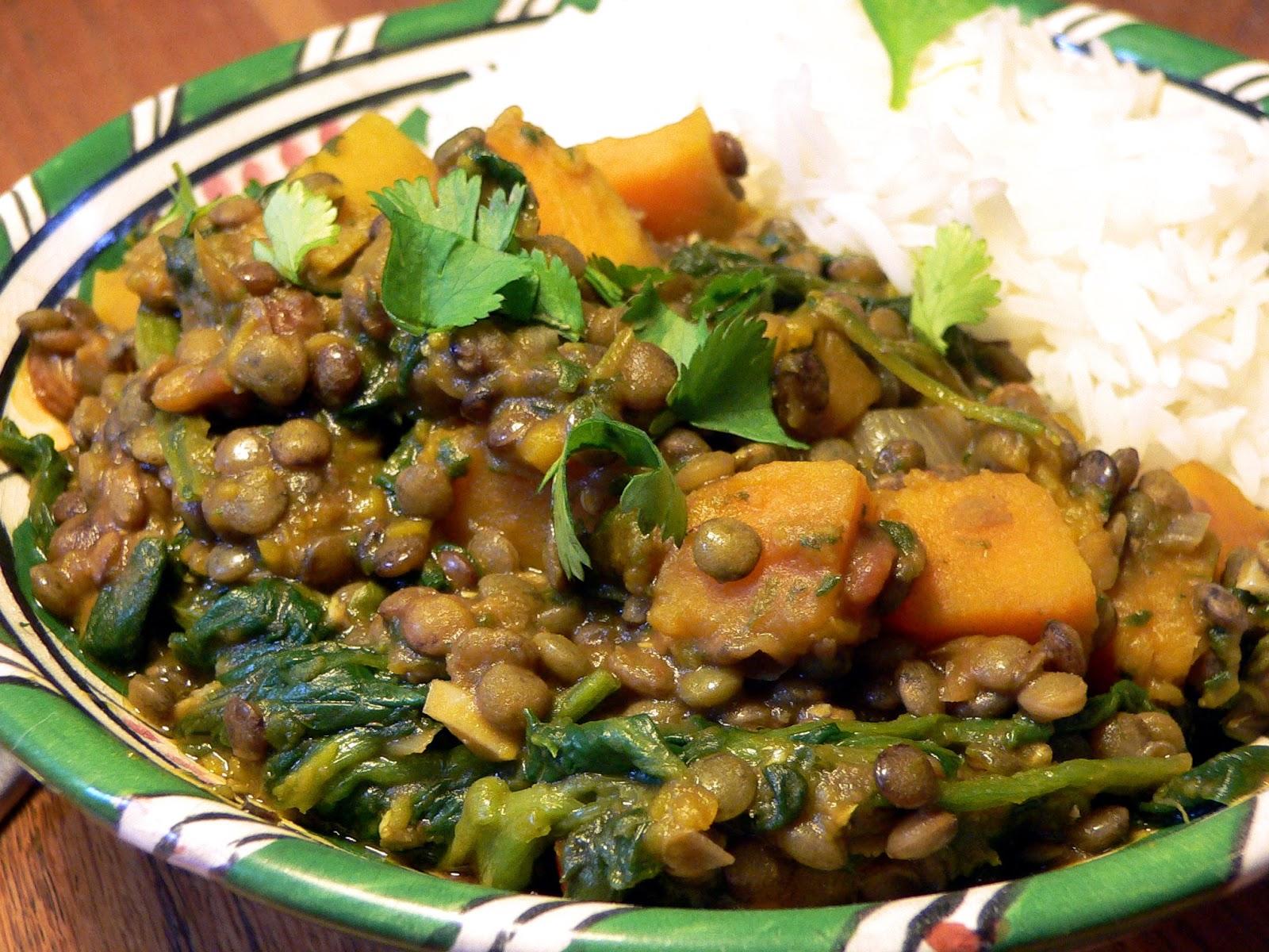 Vegetarische curry met pompoen, spinazie, rozijnen en Indiase kruiden
