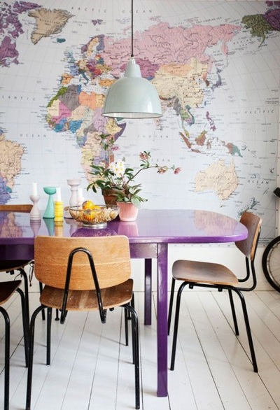 Pasang wallpaper peta dunia di ruangan