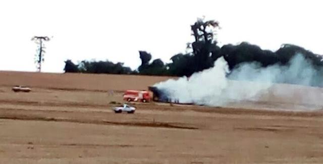 Colheitadeira pega fogo em área rural de Roncador
