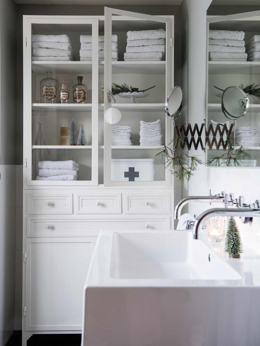 decoracion nordica, navidad, decorar baño, arboles navidad pequeños, estilo nordico, bañera, armario blanco,