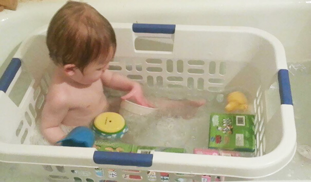 18 Hilarious Hacks Prove That Some Parents Are Geniuses - A Fun Way To Bath Your Children