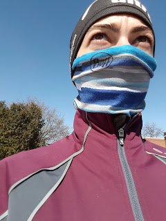 Coureuse, multicouches, ciel bleu, manteau