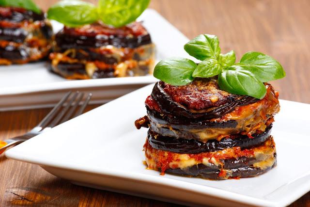 Баклажаны запеченные под томатным соусом с сырами