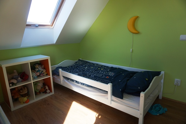 Pokój do spania dla dzieci, ikea, kallax, drewniane łóżko