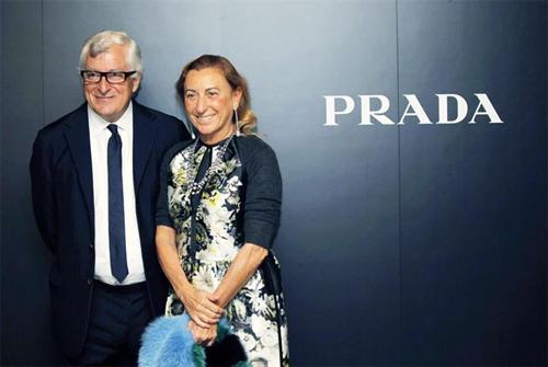 """7961fb37fe97b Considerada um poder no mundo da moda, Miuccia Prada já recebeu muitos  prêmios ao longo de sua carreira, incluindo o prêmio da CFDA – """"Council of  Fashion ..."""
