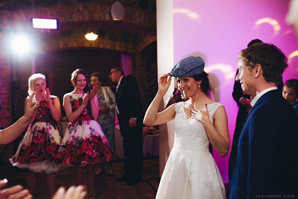 sieva ar vīra cepuri