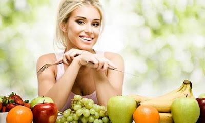 Mulher com frutas cítricas
