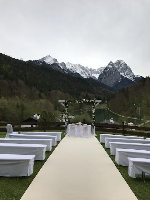 Trauung auf der Bergwiese, Hochzeit in Pastell, zauberhaft heiraten mit zarten Farben, Riessersee Hotel Garmisch-Partenkirchen, Hochzeitslocation am See in den Bergen, Maihochzeit 2017