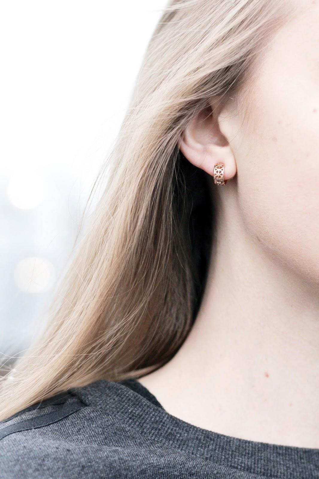 Dainty gold hoop earring