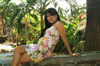 chica de brasil en un jardin