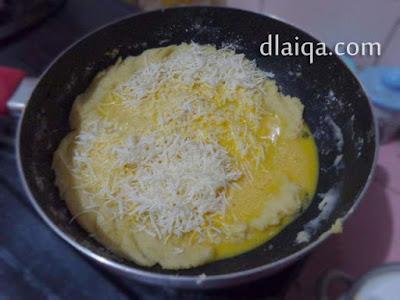 tambahkan telur dan keju parut