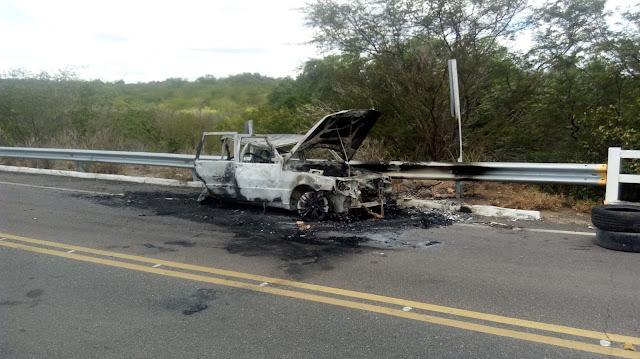 Bandidos utilizam veículo como bloqueio na AL-220 para impedir  a ação da polícia para evitar assalto a agência bancária em Piranhas