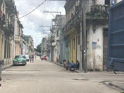 La Habana. Cuba. Vecinos jugando al dominó