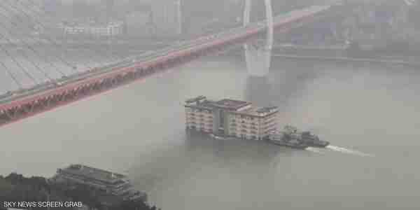مبنى يعبر النهر