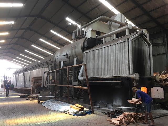 木材を燃やして乾燥室の温度を上げているところ
