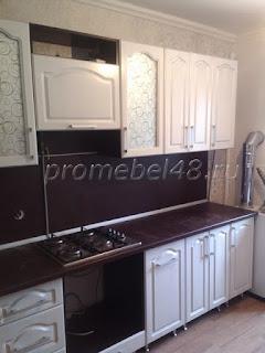 Прямая кухня белые фасады,столешница венге