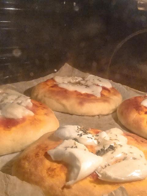 Pizzette cotte in forno con la mozzarella ed origano