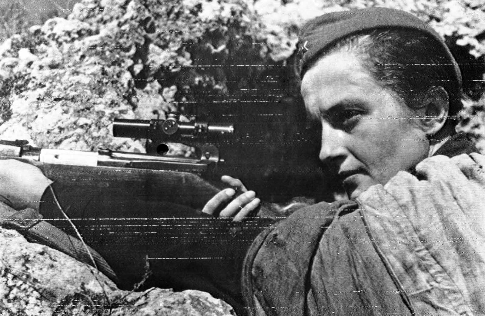 Simbólico de la defensa de Sebastopol, Crimea, es esta niña rusa francotiradora, Lyudmila Pavlichenko, quien, al final de la guerra, había matado a 309 alemanes confirmados, la mujer francotiradora más exitosa de la historia.