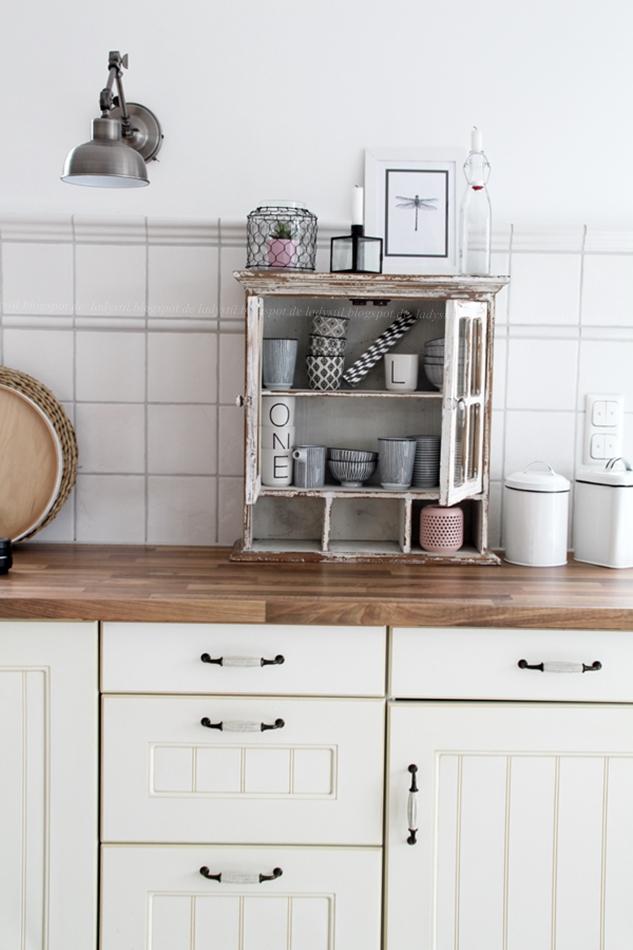 Mit leichten Pastellfarben zieht der Frühling in die Küche ein! Küchenumstyling mit neuen Gelenk-Lampen! Blick auf den Küchentresen mit vintage Schrank und Tassen in schwarz weiß Optik