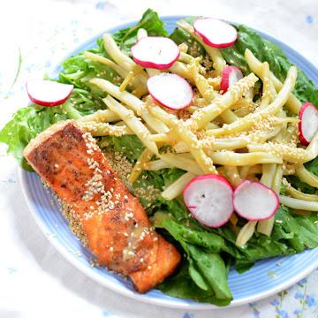Sałatka z fasolką szparagową i łososiem z sosem tahini - Czytaj więcej »