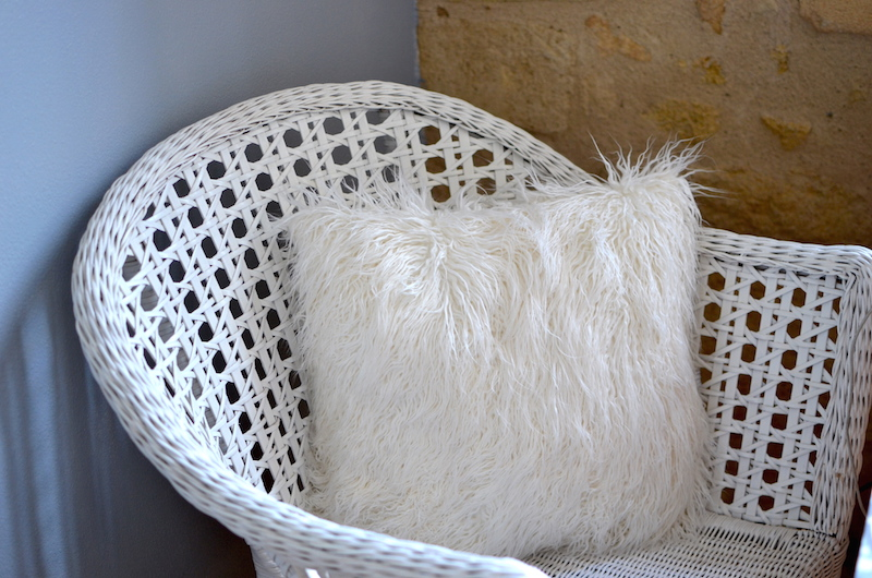 fauteuil en rotin blanc - Ikéa et Coussin à poils longs - Pimkie