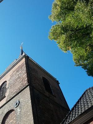 strahlend blauer Himmel im Herbst