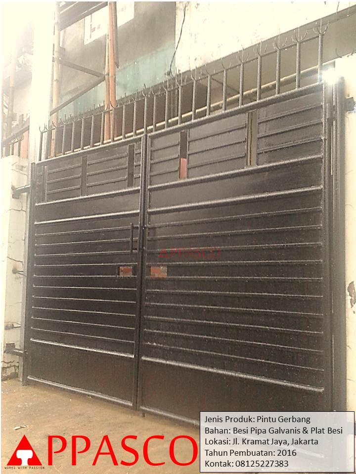 Pintu Gerbang Besi di Kramat Jaya Jakarta