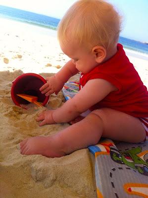 Resultado de imagem para brincando de baldinho na praia