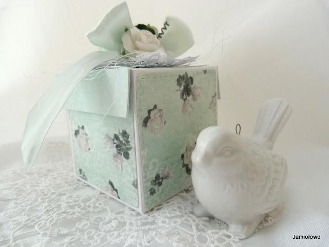 pudełko w różyczki w miętowym kolorze