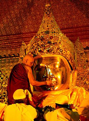 Mahamuni Buddha face washing ceremony
