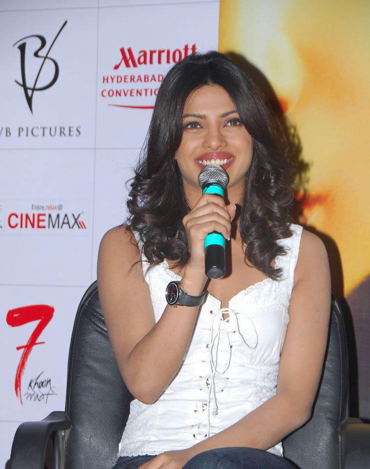 South Actress Hot Pics: Trisha Latest Hot Saree Stills
