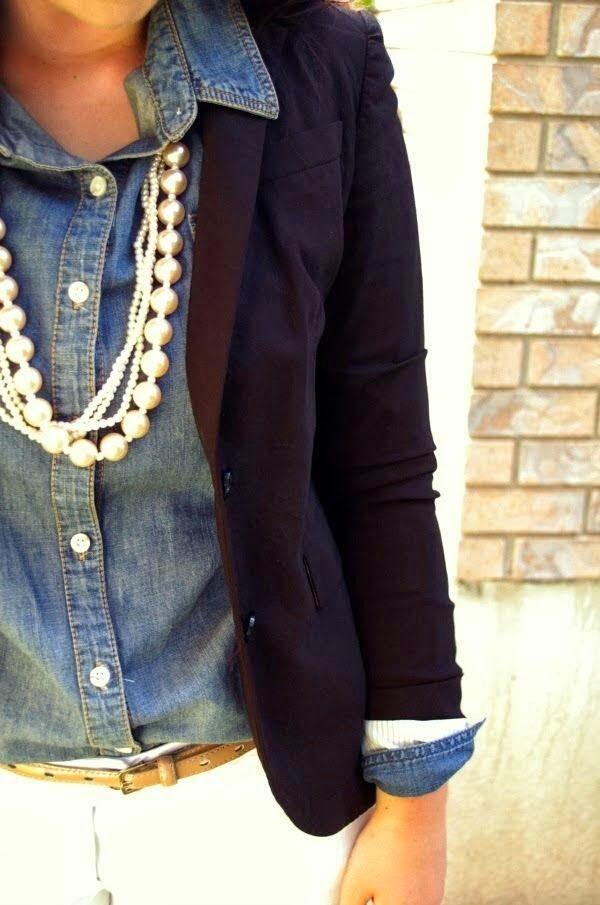 Look simples com varias camadas de colar de pérolas