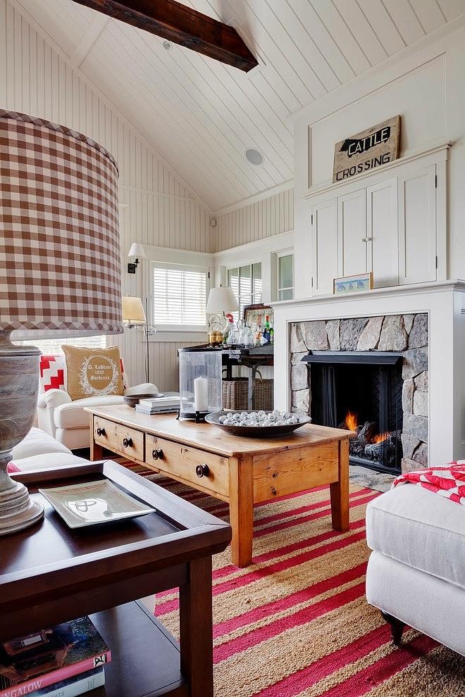 Biały domek w wiejskim stylu, wystrój wnętrz, wnętrza, urządzanie domu, dekoracje wnętrz, aranżacja wnętrz, inspiracje wnętrz,interior design , dom i wnętrze, aranżacja mieszkania, modne wnętrza, styl wiejski, styl rustykalny, białe wnętrza, salon, kominek