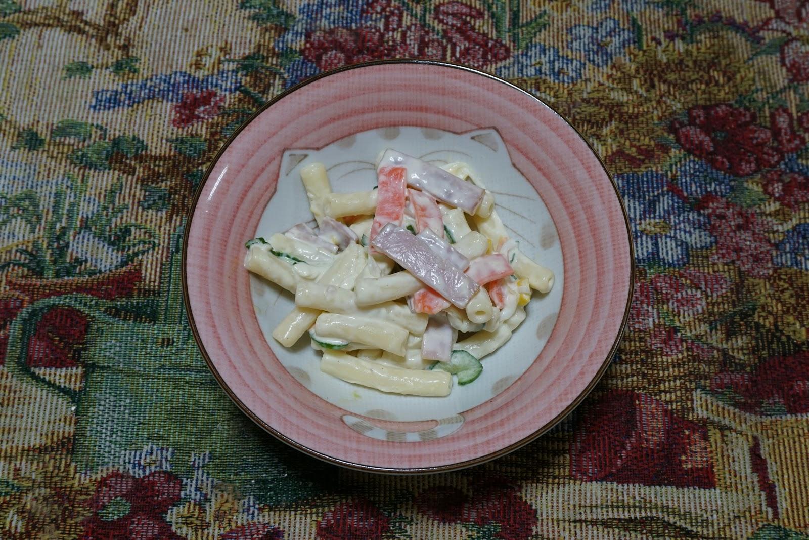 小鉢に盛り付けられたマカロニサラダ