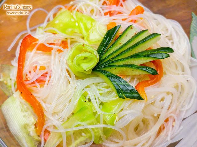 Салат из фунчозы с овощами: рецепт