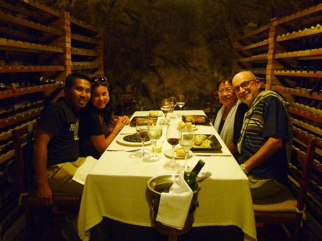 Comiendo en el restaurante Les Caves