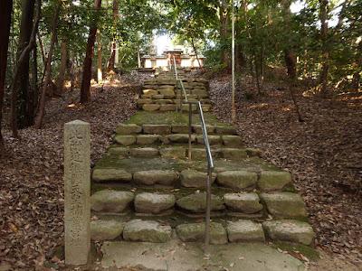 此附近継體天皇楠葉宮地の碑 (石段の上には末社の貴船神社があります・・・)