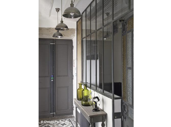 Interior encanto refinado y equilibrio industrial - Puertas de hierro para jardin ...