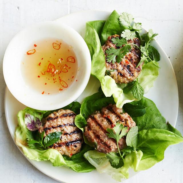 Chả được nướng vàng, thơm theo đúng truyền thống Hà Nội.