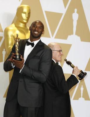 Kobe Bryant se luce con un trofeo en los premios Óscar