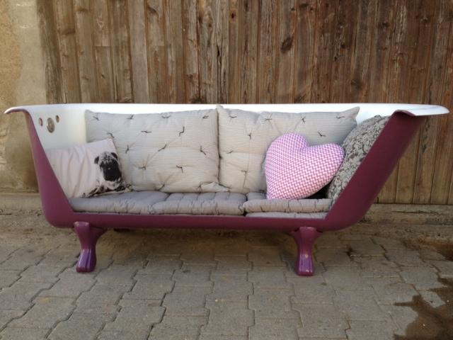 les 2 chi n euses baignoire canap. Black Bedroom Furniture Sets. Home Design Ideas