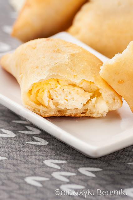 Pieczone pierogi z serem z ciasta drożdżowego