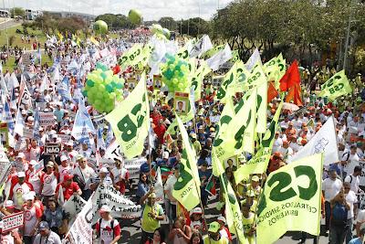 Contra reformas, marcha histórica reúne 200 mil trabalhadores em Brasília