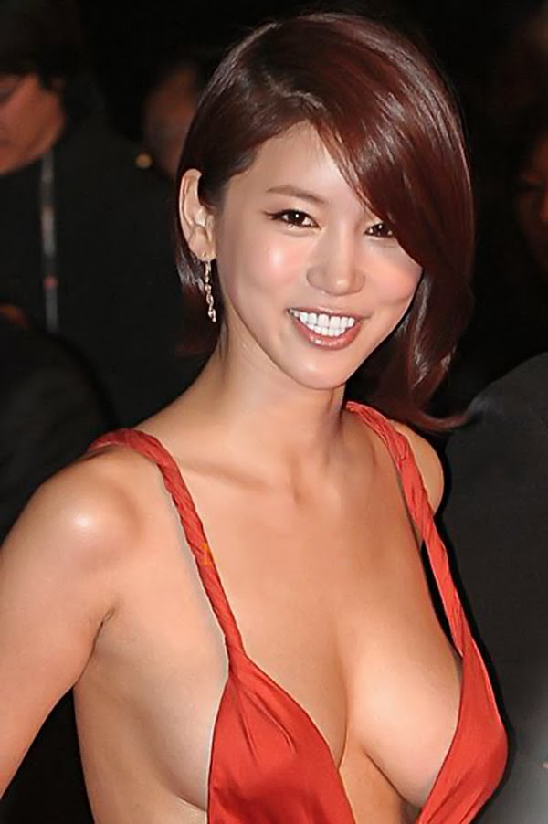 Actress Oh In Hye (吳仁慧 Wú rén huì) has become the focus of attention and ... criticism , when she wore the barely covering dress appeared on the red carpet . The dress was inspired by Greek fashion , with striking orange color . No one patented that the design is not pretty, but it seems that many people have eyestrain.
