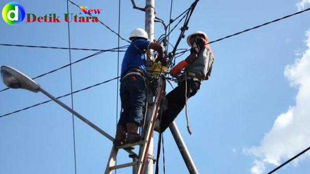 Pembenahan instalasi listrik oleh petugas PLN.