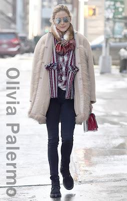 オリヴィア・パレルモ(Olivia Palermo)は、ディオール(Dior)のサングラス、マックスマーラ(Max Mara)のファーコート、アナリナ(Analeena)のハンドバッグ、ジミチュウ(Jimmy Choo)のスエードブーツを着用。