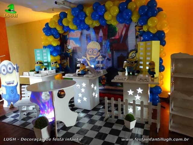 Mesa temática para o bolo de aniversário com o tema Minions