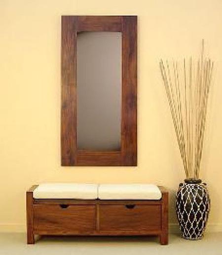 Hall de entrada com banco baú e espelho rústico de madeira
